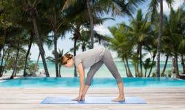 Donna che rende ad yoga posa intensa di allungamento sulla stuoia Fotografia Stock