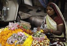 Donna che rende a ghirlande del fiore lei stalla fotografia stock libera da diritti