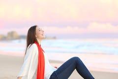Donna che respira aria fresca al tramonto Fotografia Stock Libera da Diritti
