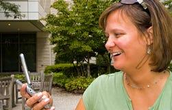 Donna che riceve il messaggio di testo - 3 Fotografia Stock