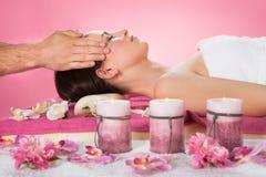 Donna che riceve massaggio capo in stazione termale Fotografie Stock Libere da Diritti