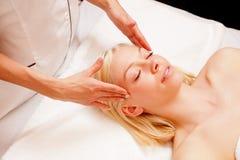 Donna che riceve massaggio della stazione termale Immagini Stock