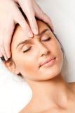 Donna che riceve massaggio di fronte Fotografia Stock Libera da Diritti