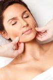 Donna che riceve massaggio di fronte Fotografia Stock