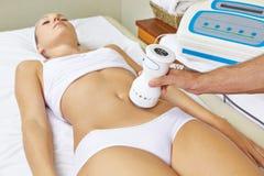 Donna che riceve massaggio elettrico sopra fotografia stock