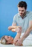 Donna che riceve terapia della spalla dal fisioterapista Fotografia Stock Libera da Diritti