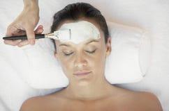 Donna che riceve trattamento facciale nella stazione termale Immagini Stock