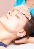 Donna che riceve trattamento osteopatico della sua testa fotografia stock
