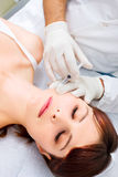 Donna che riceve un'iniezione di botox da un docto Fotografia Stock Libera da Diritti