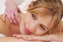 Donna che riceve un massaggio Fotografie Stock Libere da Diritti