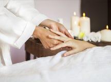 Donna che riceve un massaggio della mano alla stazione termale di salute Fotografia Stock