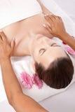Donna che riceve un massaggio di bellezza Immagine Stock