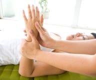 Donna che riceve un massaggio di distensione della mano Fotografia Stock Libera da Diritti