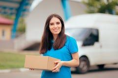 Donna che riceve un pacchetto con il corriere di spedizione libero Delivery fotografia stock libera da diritti