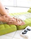 Donna che richiede i suoi piedi assistenza immagine stock libera da diritti