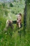 Donna che ride appoggiandosi un albero Immagini Stock Libere da Diritti