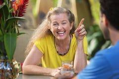 Donna che ride e che indica Fotografia Stock