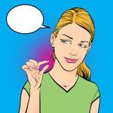 Donna che ride e che mostra le dita che significano piccola dimensione Fotografia Stock Libera da Diritti