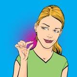 Donna che ride e che mostra le dita che significano piccola dimensione Fotografie Stock