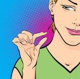 Donna che ride e che mostra le dita che significano piccola dimensione Fotografia Stock
