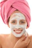 Donna che rimuove mascherina facciale immagini stock libere da diritti