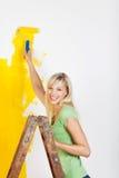 Donna che rinnova il suo appartamento Fotografia Stock