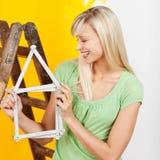 Donna che rinnova la sua casa Immagine Stock