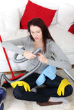 Donna che ripara in su l'aspirapolvere. Immagine Stock Libera da Diritti