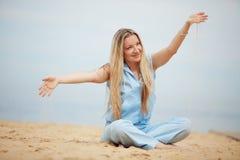 Donna che riposa alla spiaggia Immagini Stock Libere da Diritti