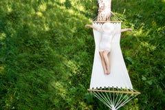 Donna che riposa in amaca all'aperto Sonno all'aperto Fotografie Stock Libere da Diritti