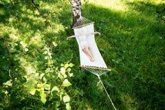Donna che riposa in amaca all'aperto Sonno all'aperto Immagini Stock Libere da Diritti