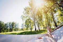 Donna che riposa in amaca all'aperto Sonno all'aperto Fotografia Stock