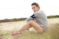 Donna che riposa dopo l'allenamento di estate Fotografie Stock