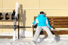 Donna che riposa dopo lo sci Stazione sciistica un giorno soleggiato Fotografia Stock Libera da Diritti