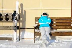 Donna che riposa dopo lo sci Stazione sciistica un giorno soleggiato Immagine Stock