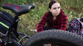 Donna che riposa dopo un giro della bici Aria aperta di riposo femminile stock footage