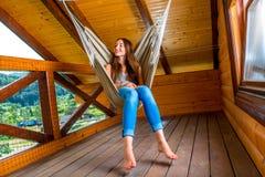 Donna che riposa in hammock Fotografia Stock