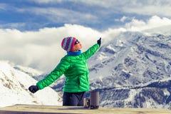 Donna che riposa nel campo base in montagne di inverno Fotografia Stock Libera da Diritti