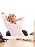Donna che riposa nel luogo di lavoro Immagini Stock Libere da Diritti
