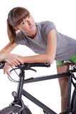 Donna che riposa sulla sua bici Fotografia Stock Libera da Diritti