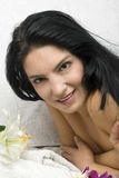 Donna che riposa sulla tabella di massaggio Immagine Stock