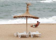 Donna che riposa vicino al puntello di mare Immagine Stock Libera da Diritti