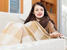 Donna che riscalda vicino alla stufa elettrica Fotografia Stock