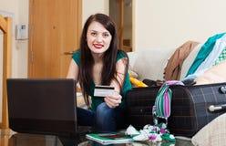 Donna che riserva hotel o biglietto ad Internet Fotografia Stock Libera da Diritti