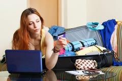 Donna che riserva hotel online in Internet Fotografia Stock
