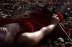 Donna che risiede nella foresta Immagine Stock
