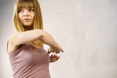 Donna che risolve a casa allungamento del corpo Immagine Stock Libera da Diritti