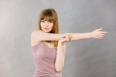 Donna che risolve a casa allungamento del corpo Immagini Stock