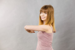 Donna che risolve a casa allungamento del corpo Fotografie Stock Libere da Diritti