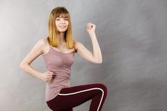 Donna che risolve a casa allungamento del corpo Fotografia Stock Libera da Diritti